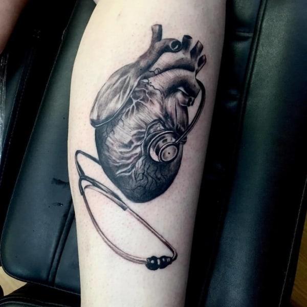 tatuagem de medicina com coracao e estetoscopio