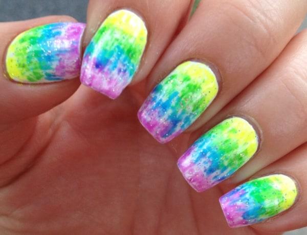 unhas tie dye em cores neon e com glitter