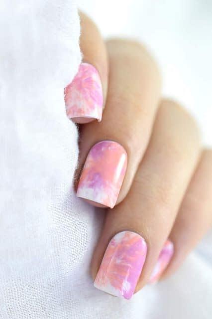 unhas tie dye quadradas em tons de rosa