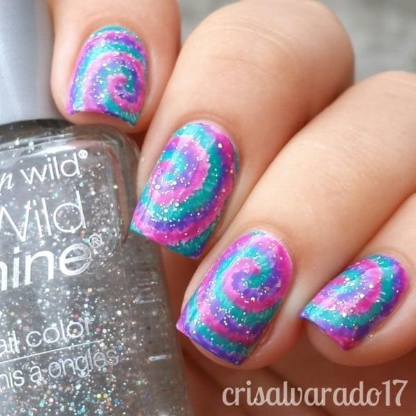 unhas coloridas com estilo tie dye e brilho