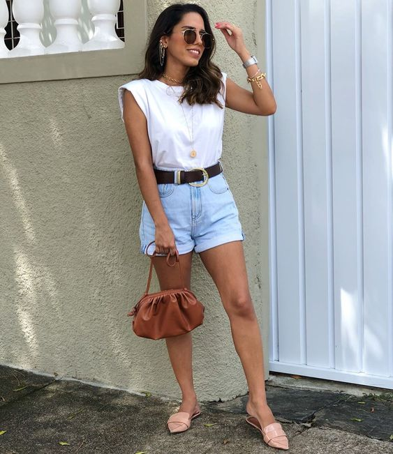 look com short mom jeans com cinto e camiseta branca