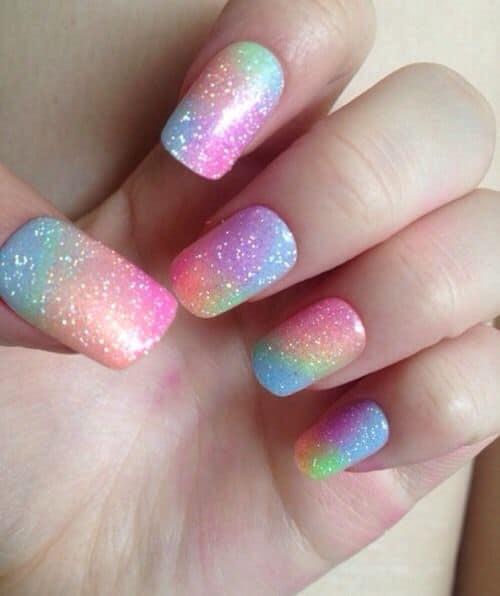 unhas coloridas com tie dye e glitter