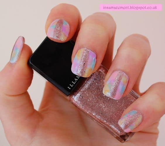 nail art tie dye em tons pasteis e com glitter