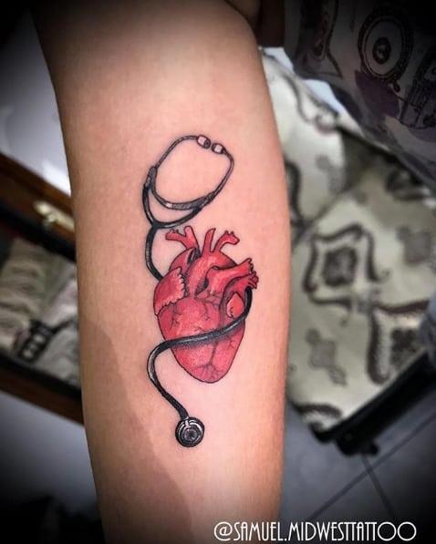 tatuagem medicina pequena com coracao vermelho