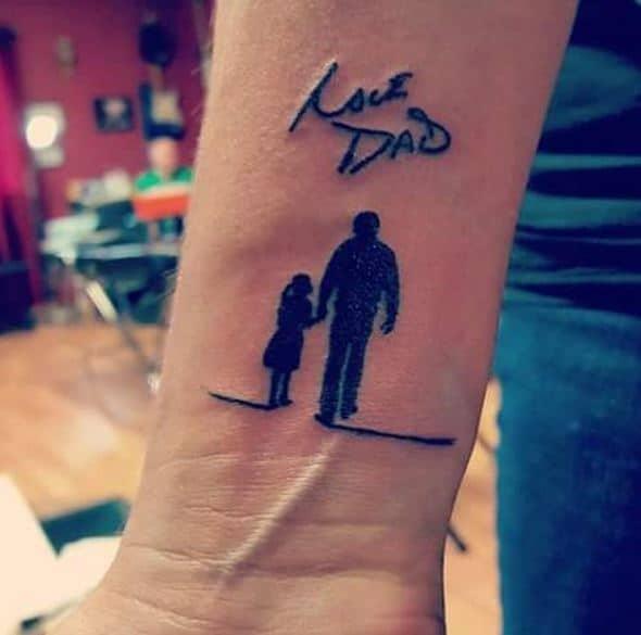 tatuagem com desenho no pulso para homenagear pai