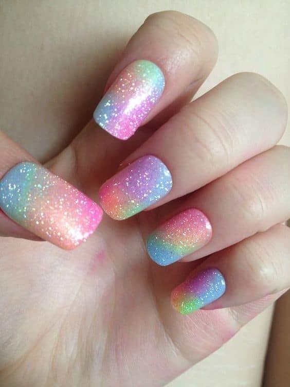 unhas decoradas com tie dye e glitter
