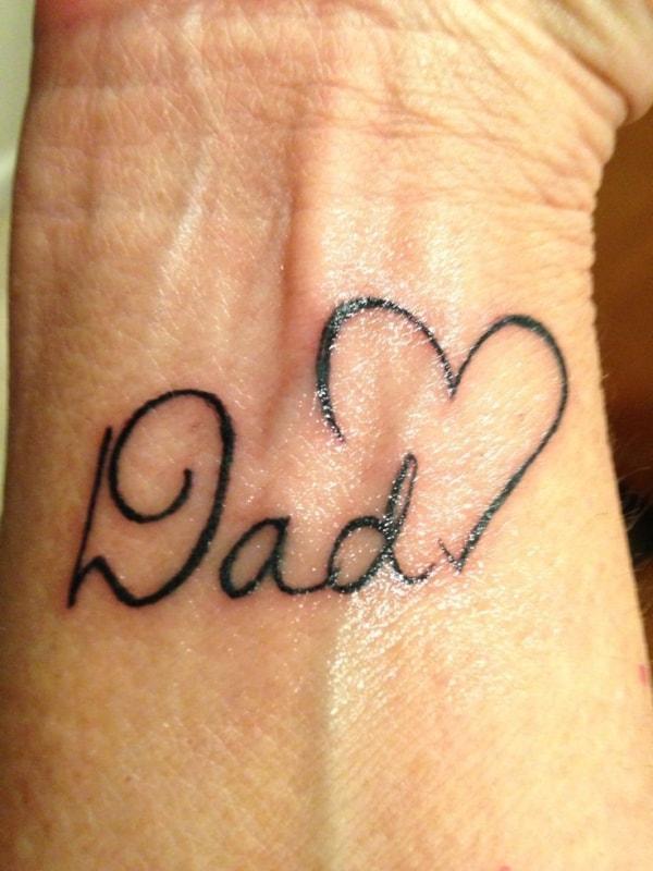 tatuagem no pulso com coracao para homenagear pai