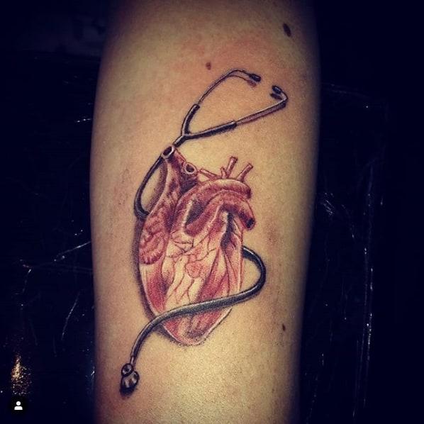 tatuagem para medico com coracao orgao