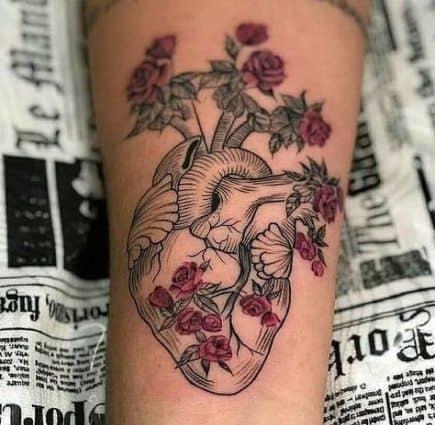 tatuagem de coracao com flores para medico