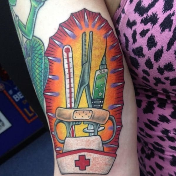 tatuagem grande e colorida para medicina
