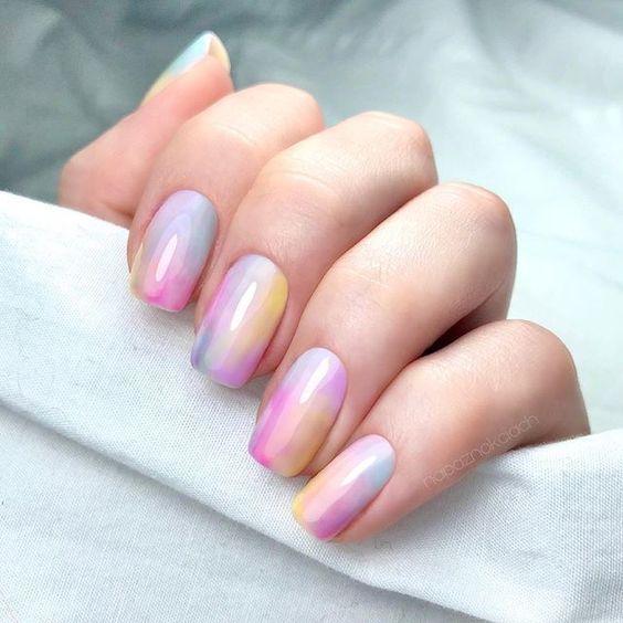 nail art de tie dye com cores pastel