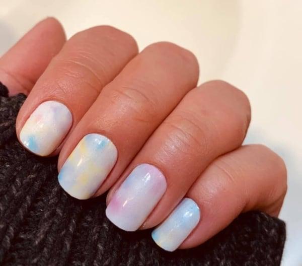 nail art tie dye com tons pastel