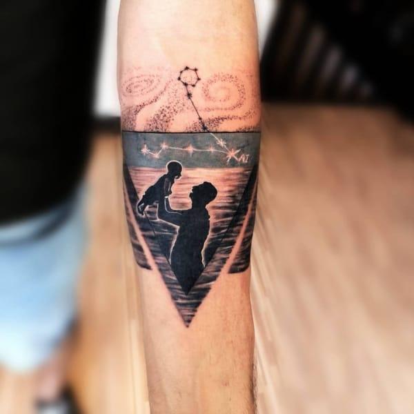 tattoo moderna com desenho de pai e filho