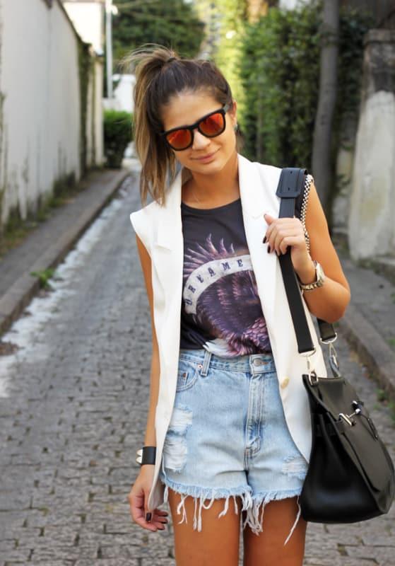 look moderno com short mom jeans destroyed e colete de alfaiataria