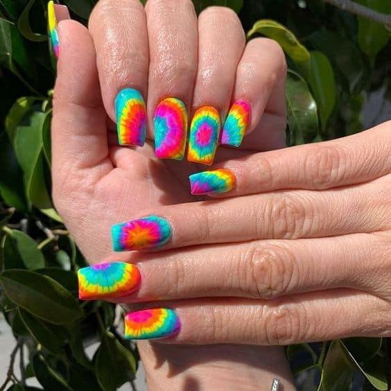 unhas quadradas com tie dye colorido