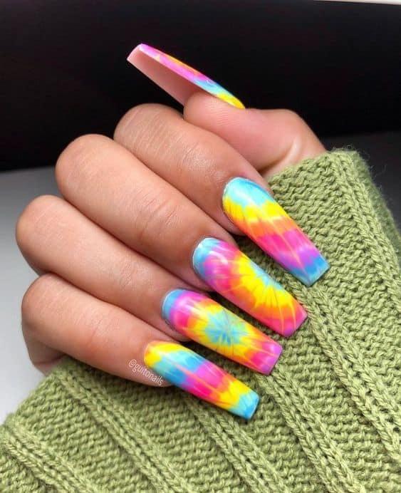 unhas longas e quadradas com nail art tie dye