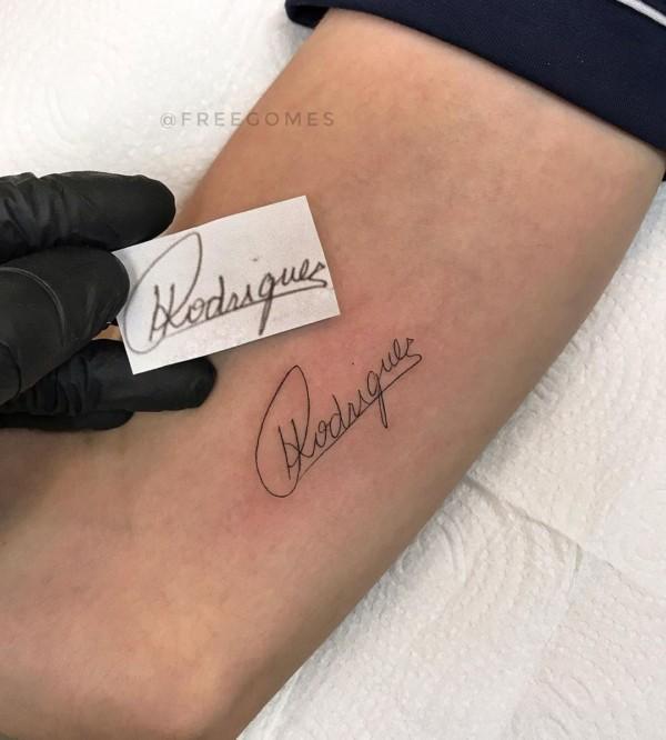 tatuagem no braco com nome do pai