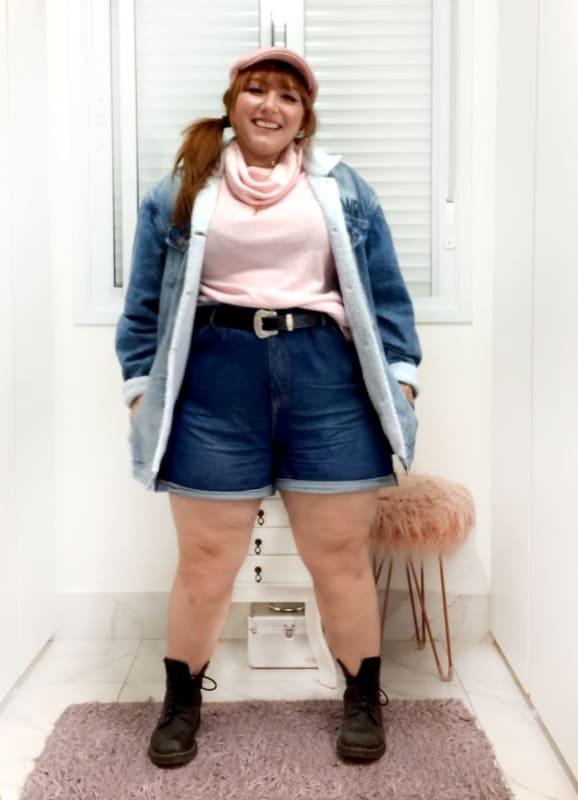 look plus size com short mom jeans e cinto
