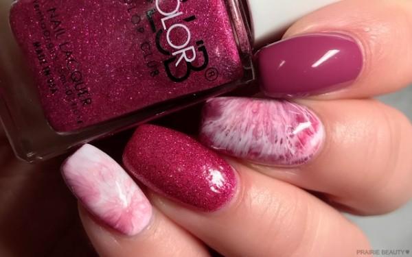unhas decoradas com tie dye rosa e com glitter