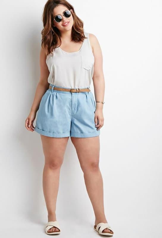 look plus size com short mom jeans e cinto fininho