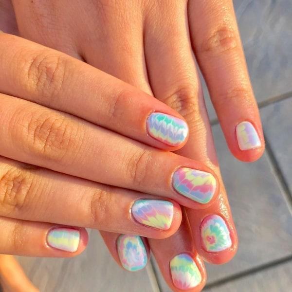 unhas curtas e redondas com nail art de tie dye