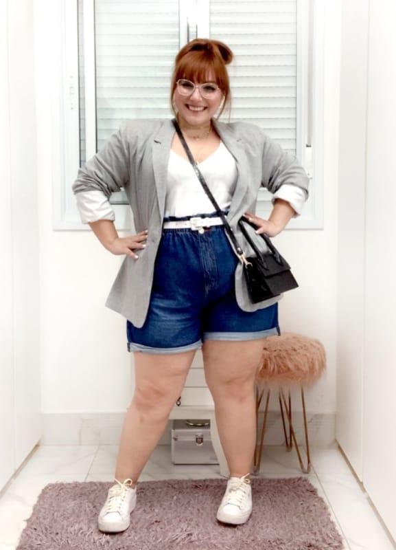 look plus size com short mom jeans e blazer