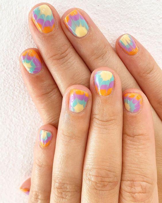 unhas curtas com nail art tie dye