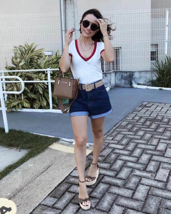 como usar short mom jeans azul escuro