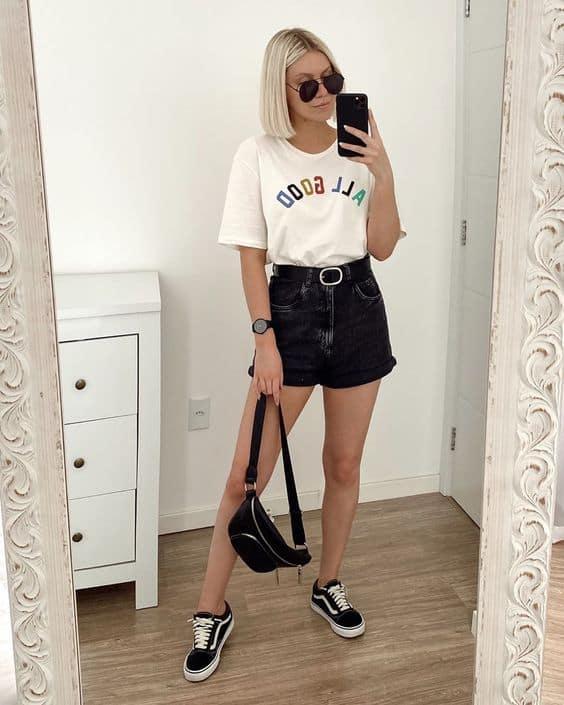 look dia a dia com camiseta e short mom jeans preto