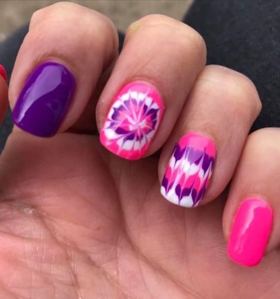 unhas decoradas com tie dye em rosa e roxo