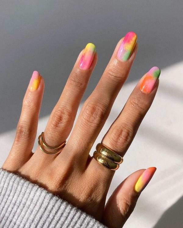 unhas longas e redondas decoradas com tie dye