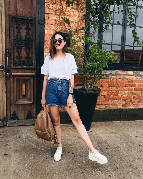 look com short mom jeans escuro e tenis branco