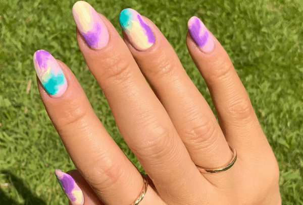 unhas longas e arredondadas com nail art colorida