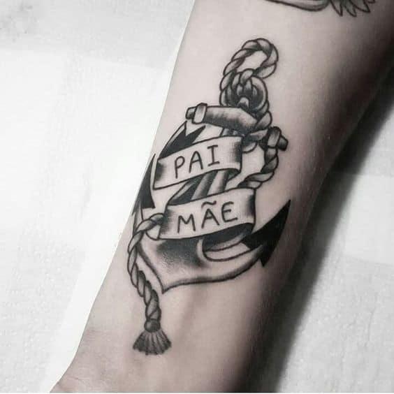 tatuagem com ancora em homenagem a pai e mae