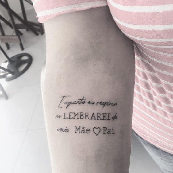 tatuagem de frase no braco para homenagear pai e mae