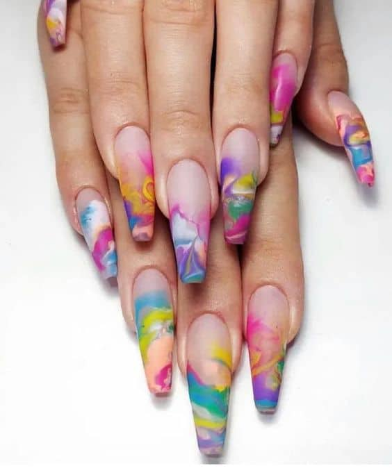 unhas longas com nail art tie dye colorida