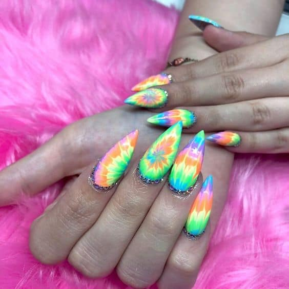 unhas stiletto com decoracao tie dye