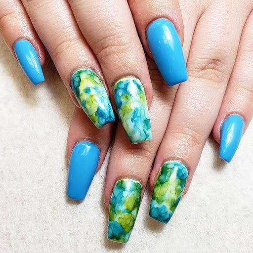 unhas com tie dye em azul e verde