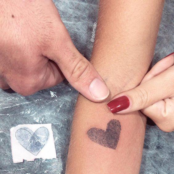 tatuagem delicada com coracao e digital para homenagear pai