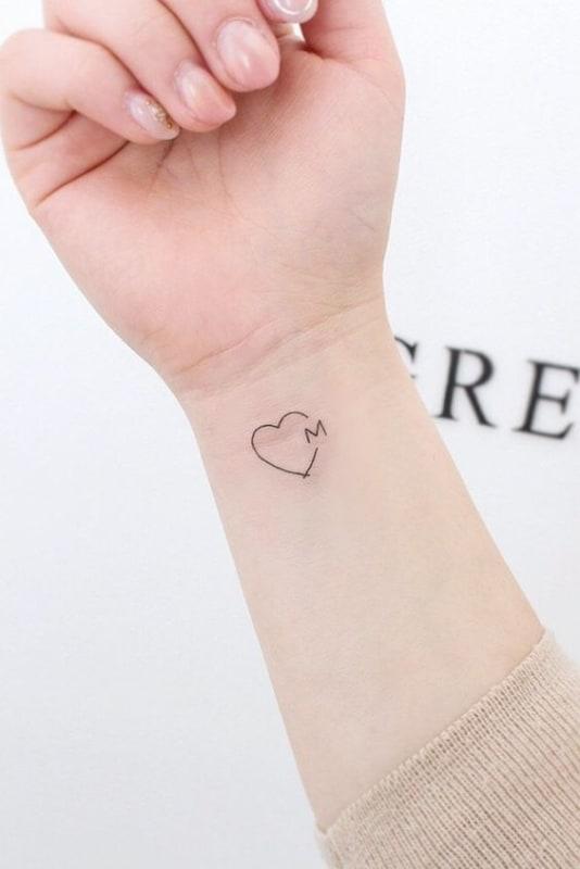 tatuagem delicada com inicial do pai