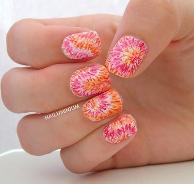 unhas decoradas com tie dye em rosa e laranja