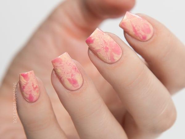 unhas quadradas decoradas com efeito tie dye em salmao e rosa