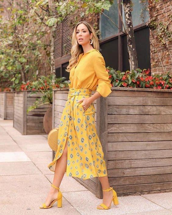 look monocromatico amarelo com saia estampada