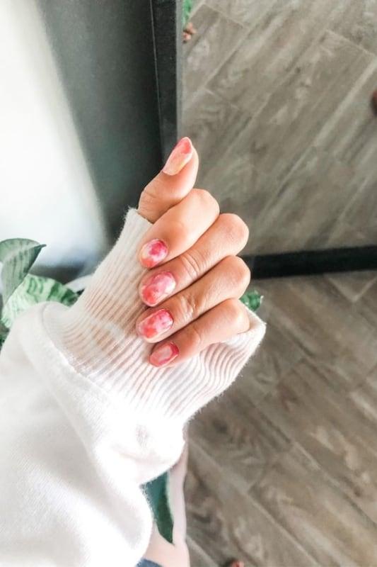 unhas arredondadas com nail art tie dye