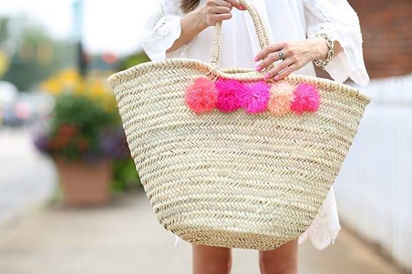 Bolsa de palha com pompom rosa
