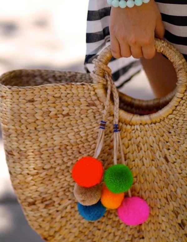 Bolsa grande de palha com pompons coloridos