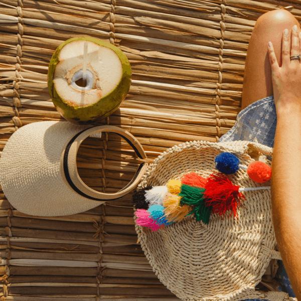 Bolsa redonda de palha com pompom colorido
