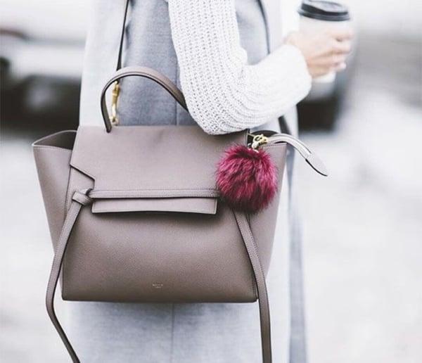 Dica de bolsa de couro com pompom roxo