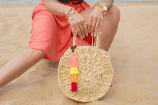 Ideia de bolsa redonda de palha com pompom