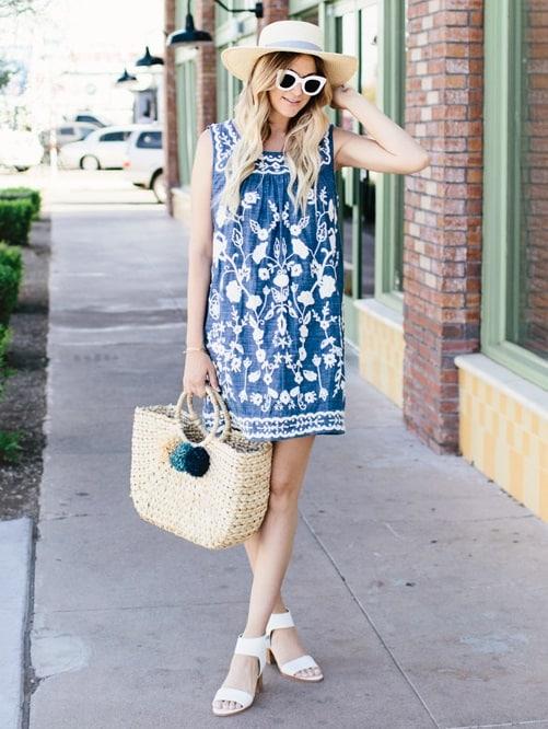 Look azul com bolsa com pompom